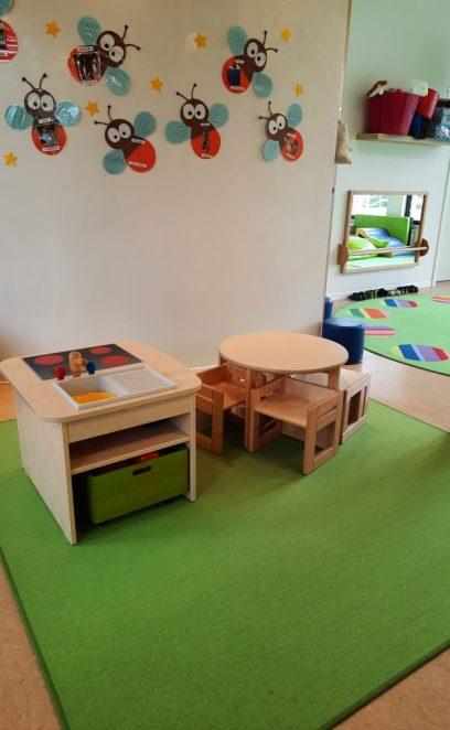 Spielküche und Sitzgelegenheiten