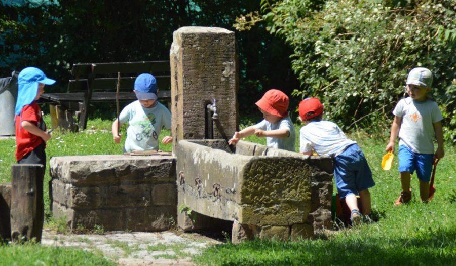Wasserspiele am Brunnen
